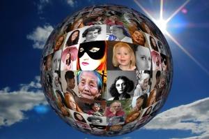 Weltkugel mit weiblichen Gesichtern zum Weltfrauentag