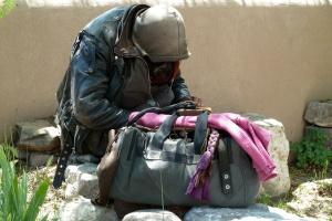 Themenfoto obdachloser Jugendlicher mit Sporttasche (Foto: pixabay.de)