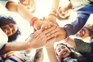 Kontrovers diskutiert, demokratisch geeinigt - Jugendliche legen ihre Hände aufeinander (Foto: Shutterstock)