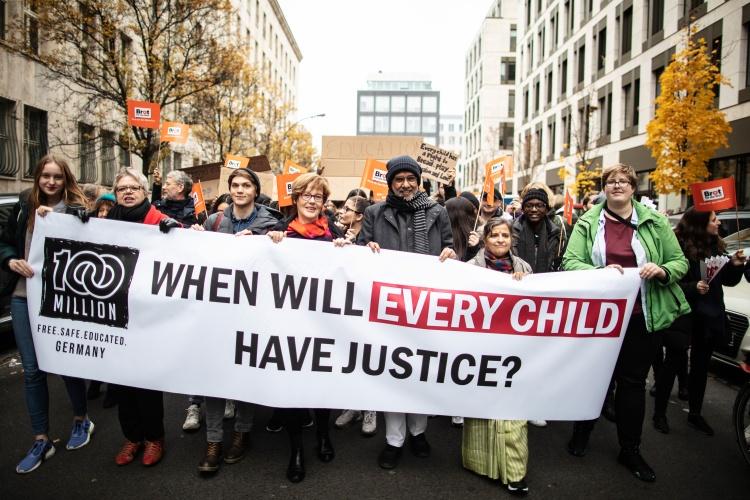 Mehr als 100 Millionen Kinder müssen weltweit arbeiten: Brot für die Welt Jugend hat im November 2019 gemeinsam mit dem Kinderrechtsaktivisten Kailash Satyarthi vor dme Berliner Reichstag demonstriert. (Foto: Hermann Bredehorst/Brot für die Welt)