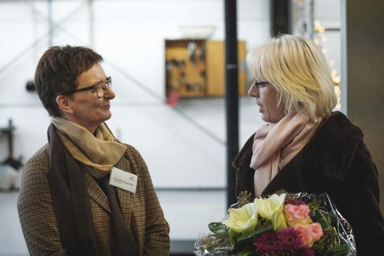 Geschäftsführerin Annette Nowinski (links) überreicht Kölns Bürgermeisterin Elfi Scho-Antwerpes einen Blumenstrauß als Dank für Ihre Unterstützung.