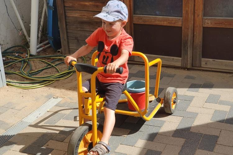 Junge fährt mit Dreirad.