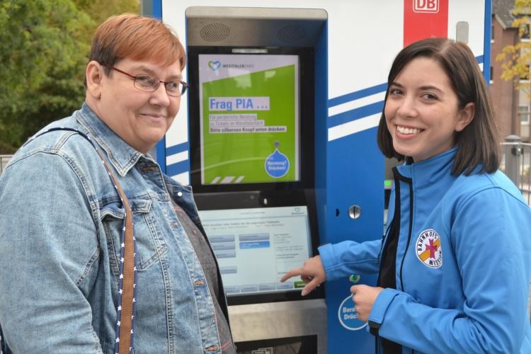 Jovanna Rinsche (rechts) schaut für Anett nach, wann ihr Zug kommt.
