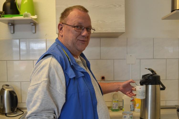 Frank Budde holt einen Kaffee für einen Gast.