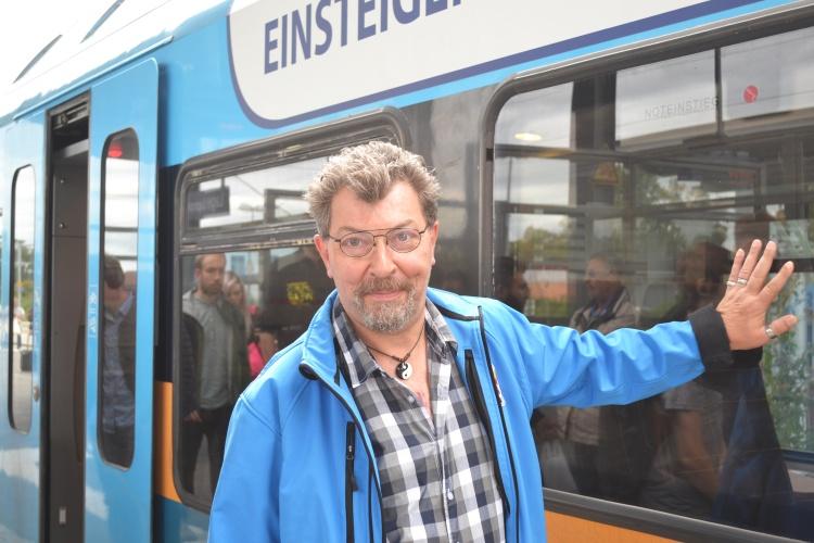 Thomas Samse vor der Regionalbahn nach Detmold.
