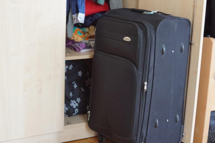 """Koffer im Zimmer für wohnungslose Mütter der """"Kleinen Ariadne"""" der Diakonie Düsseldorf (Foto: Damaschke/Diakonie RWL)"""