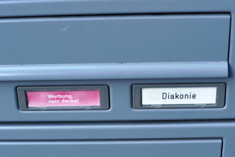 Briefkasten mit Diakonie-Schild (Foto: Sabine Damaschke)