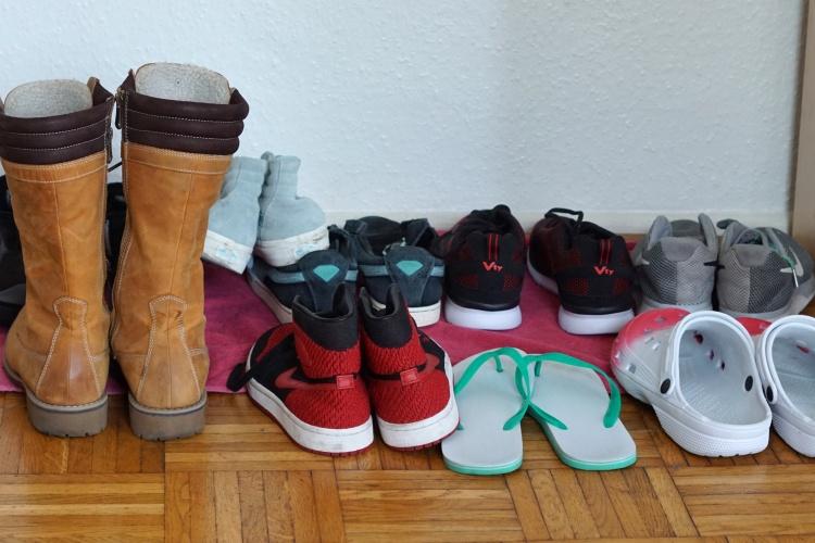 Schuhe im Flur der Notunterkunft für wohnungslose Familien der Diakonie Michaelshoven in Köln (Foto: Damaschke/Diakonie RWL)