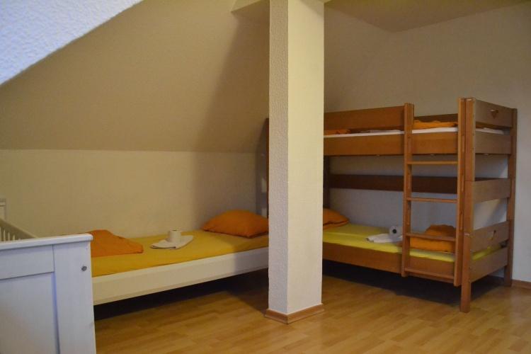 Ein Hochbett, ein Einzelbett und eine Krippe: Ein Familienzimmer im Frauenhaus Herten.