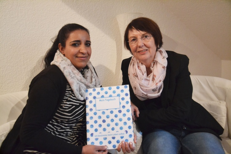 """Mona und Sozialpädagogin Karin Hester von der Diakonie des Kirchenkreises Recklinghausen stellen das """"Interkulturelle Tagebuch"""" vor."""