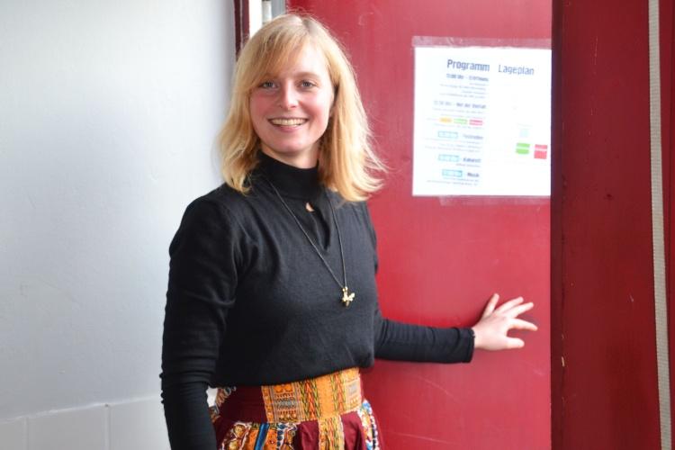 Willkommen: Pädagogin Lena Turowski öffnet die Tür für Besucher.