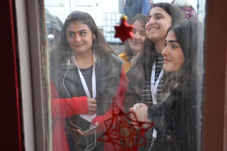 Zusammen Zeit verbringen: Die Teilnehmerinnen genießen die Jubiläumsfeier.