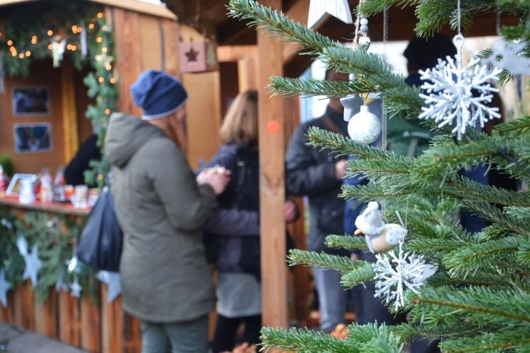 Weihnachtsatmosphäre: Die Jugendlichen und jungen Erwachsenen haben auf dem Hof einen kleinen Weihnachtsmarkt aufgebaut.