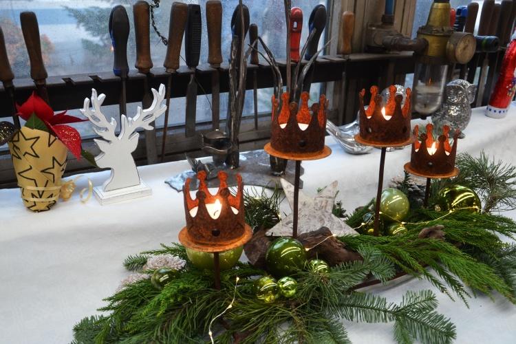 Weihnachtsdeko vor Schraubenziehern und Feilen