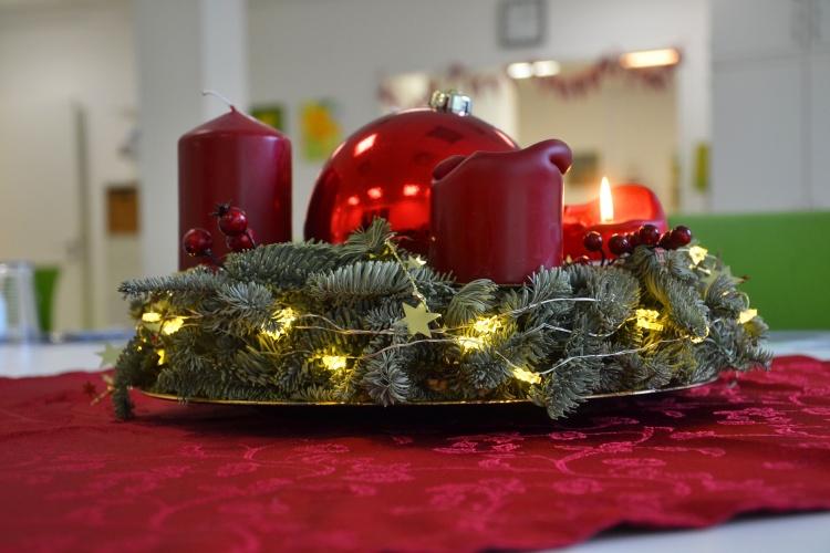 Festlich geschmückt: Die Besucherinnen und Besucher dekorieren die Adventskränze in der Vorweihnachtszeit.