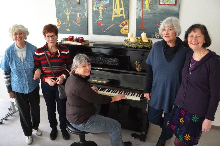 Singen gegen die Einsamkeit: Elfriede Lück (v. links), Christine Pohl, Gudrun Krause, Anna Vogt und Petra Wienß .