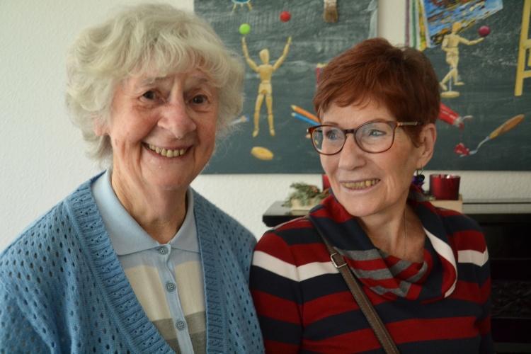 """Sich kennenlernen: Elfriede Lück (links) unterhält sich mit Christine Pohl, die sich im """"zentrum plus"""" Gerresheim engagiert."""