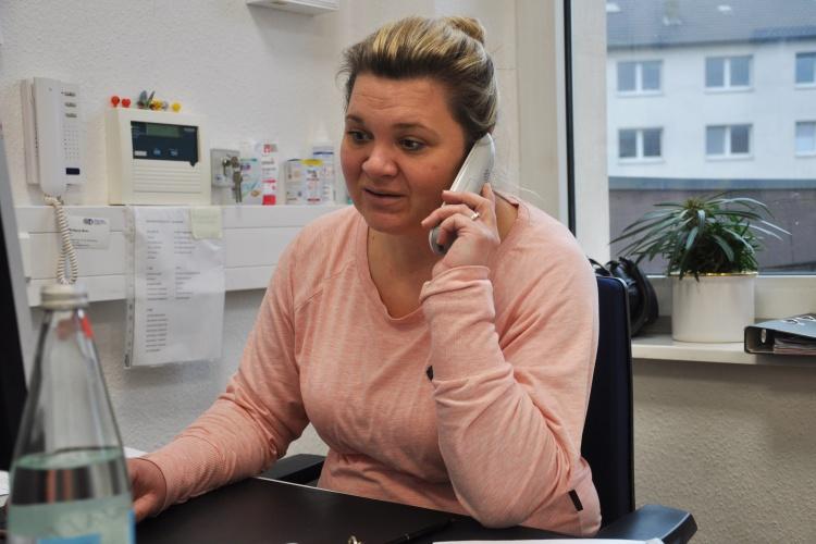 """Das Telefon steht selten still: Einrichtungsleiterin Lea Frings in ihrem Büro im """"you@tel""""."""