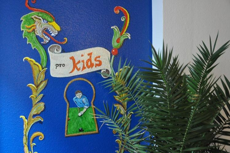 Das Logo des Kontaktcafés an der Wand des Aufenthaltraums.