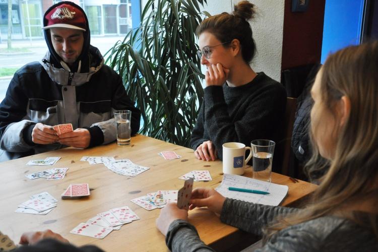 """Zusammen Karten spielen: Einige der Besucherinnen und Besucher des """"pro kid""""."""