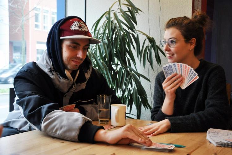 """Ablenkung und Normalität im Kontaktcafé """"pro kids"""": Praktikantin Jana Peitz spielt mit Marvin Karten."""