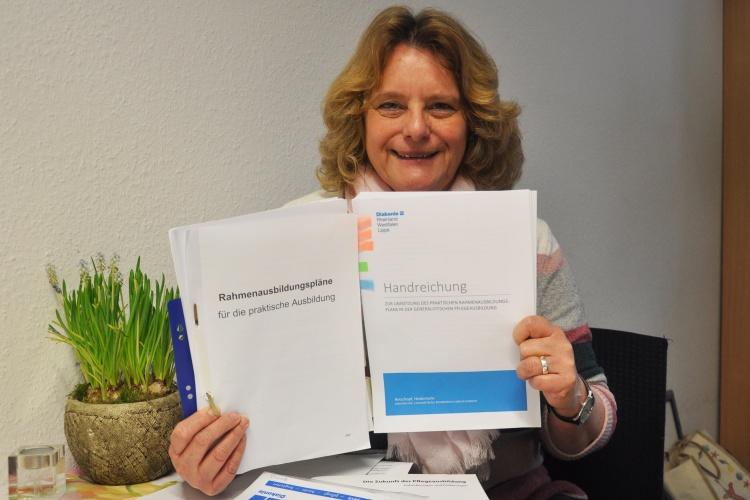 Diakonie RWL-Pflegeexpertin Heidemarie Rotschopf mit der Handreichung zur praktischen Pflegeausbildung
