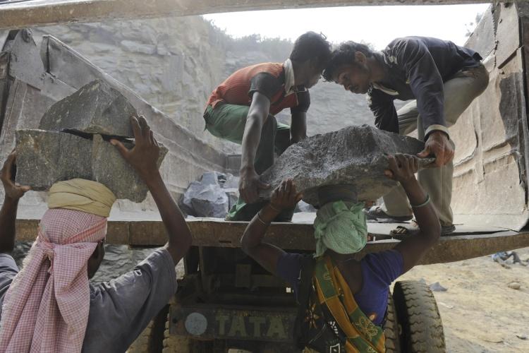 Zwei Jungen arbeiten in einem indischen Steinbruch. (Foto: Jörg Böthling/Brot für die Welt)