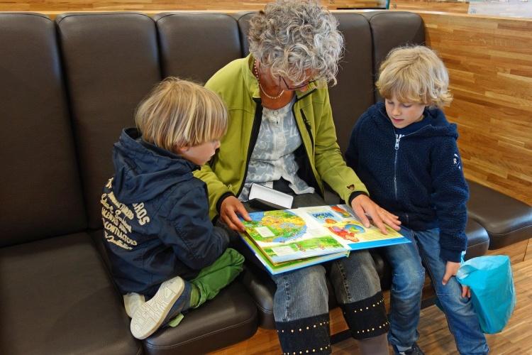 Kuscheln und schmökern: Besonders jüngere Kinder freuen sich, wenn ihre Großeltern oder Eltern ihnen eine Geschichte vorlesen. (Foto: Pixabay)