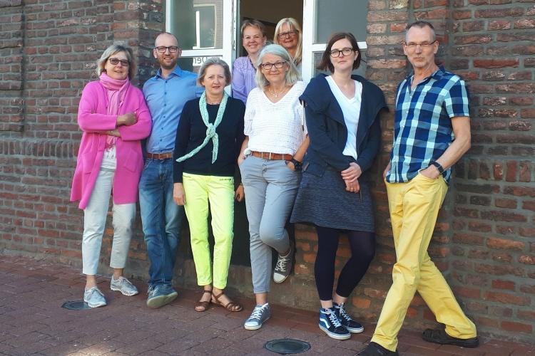 Jan Boege (zweiter von links), Gabriele Tjardes (vierte von links) und Frauke Bonn (hintere Reihe, links) mit ihrem Team der Beratungsstellen des Diakonischen Werks Wesel.