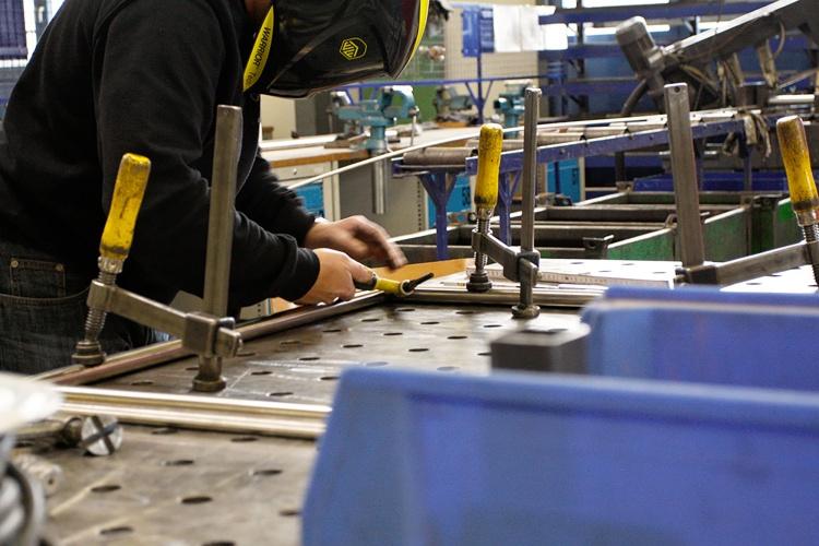 Mit Metall arbeiten: In der Ev. Jugendhilfe Schweicheln können sich die Teilnehmenden zum Metallbauer ausbilden lassen. (Foto: privat/Ev. Jugendhilfe Schweicheln)