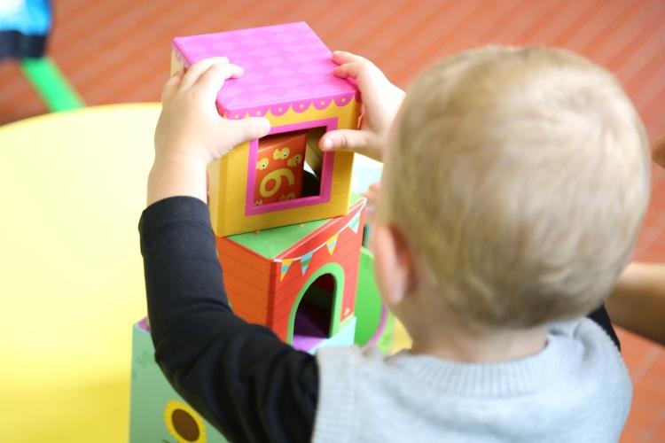 Spielendes Kleinkind von hinten (Foto: pixabay)