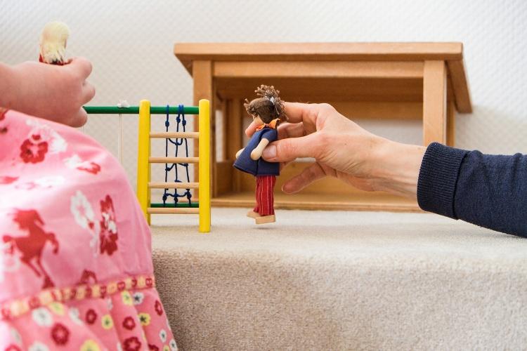 Sich durch das Spiel verständlich machen: Die Teams der Kinderschutzambulanzen beobachten die Kinder genau., um die Diagnostik zu erstellen. (Foto: EVK Düsseldorf)