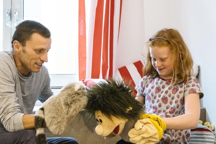 Das gemeinsame Spiel offenbart viel über die Beziehung: In der Kinderschutzambulanz des Evangelischen Krankenhauses Düsseldorf gibt es Puppen, Kuscheltiere und jede Menge Bausteine. (Foto: EVK Düsseldorf)