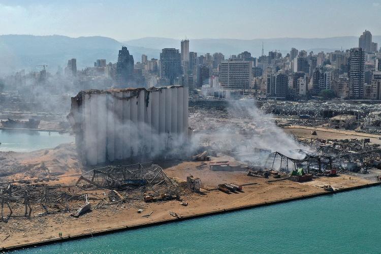 Einen Tag nach der Explosion in Beirut rauchen die Trümmer am Hafen: 3.000 Tonnen giftiger Chemikalien sind in der Hauptstadt explodiert. (Foto: Shutterstock)