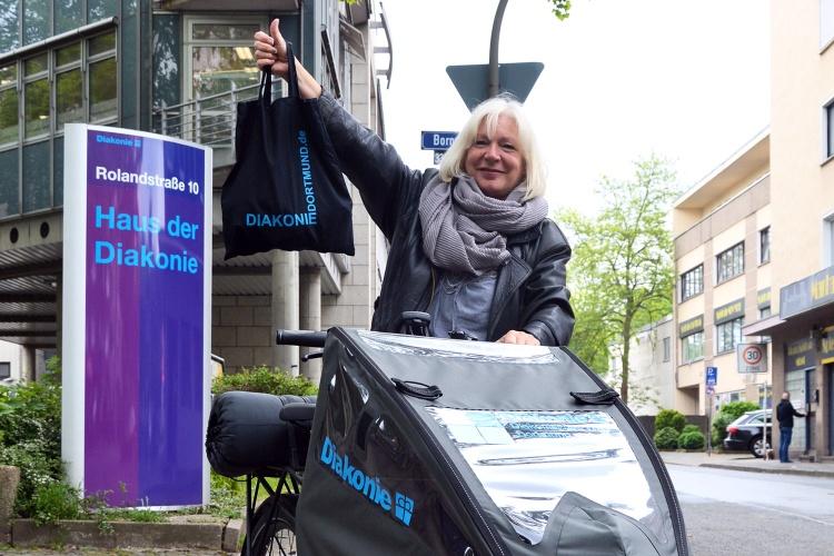 Alles dabei: Ulrike Thierfeld nutzt das Lastenfahrrad des Diakonischen Werks Dortmund, um Wohnungslose während der Corona-Zeit zu unterstützen. (Foto: Diakonisches Werk Dortmund)
