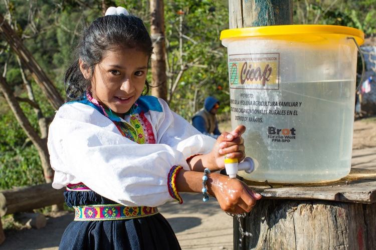 Händewaschen gehört in der Corona-Pandemie zu den wichtigsten Hygienemaßnahmen. Anali (10) wäscht sich die Hände in Panachi. (Foto: Kathrin Harms/Brot für die Welt)
