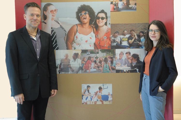 Die beiden Geschäftsführenden der Evangelischen Arbeitsgemeinschaft Familie NRW André Hartjes und Miriam Boger vor einer Stellwand der Ausstellung Familienbande. (Foto: Herbst)