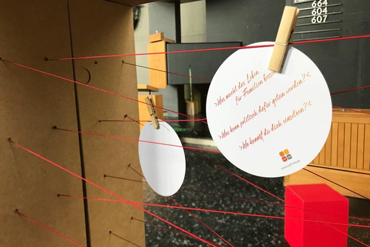 Familienbande sichtbar machen: Die Ausstellung der eaf NRW regt die Auseinandersetzung mit dem eigenen Aufwachsen an. (Foto: Miriam Gamper-Brühl/3kreativ)
