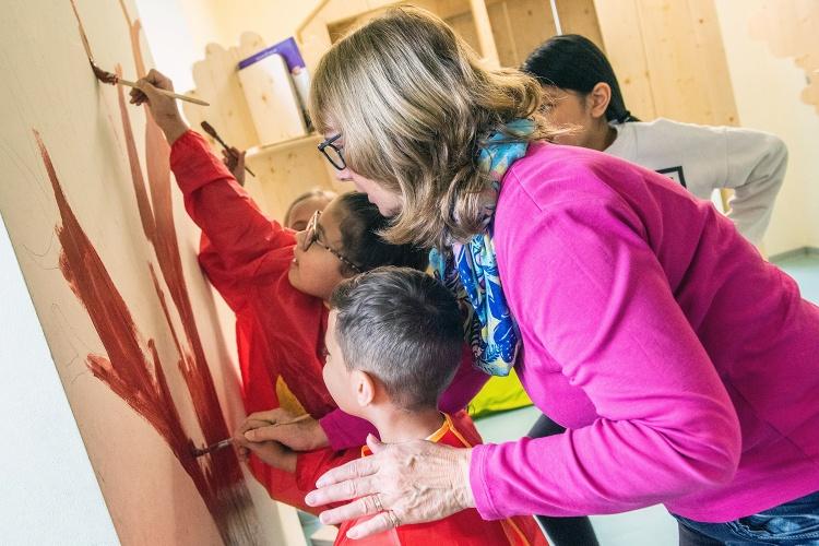 Den Räumen Farbe geben: An der Grundschule Ruhrort haben die Kinder im Offenen Ganztag ihre LeseOase eingerichtet. (Foto: Ev. Bildungswerk im Kirchenkreis Duisburg)