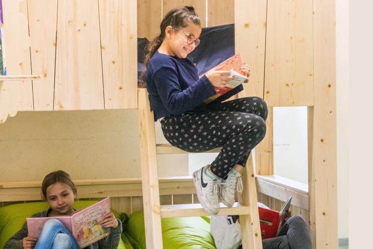 Gemütlich schmökern: In der Grundschule Ruhort haben die Kinder in der LeseOase einen Rückzugsort. (Foto: Ev. Bildungswerk im Kirchenkreis Duisburg)