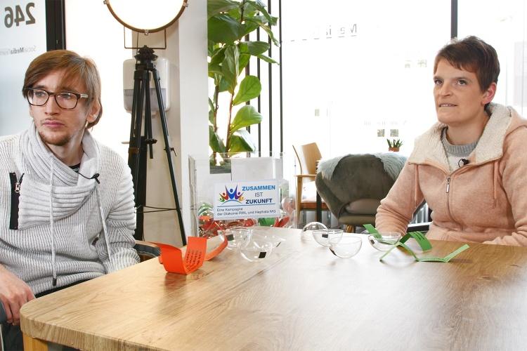 Zuhören: Philipp Fuchs und Zora Kiesow während des Interviews mit Diakonie-Präsident Ulrich Lilie.