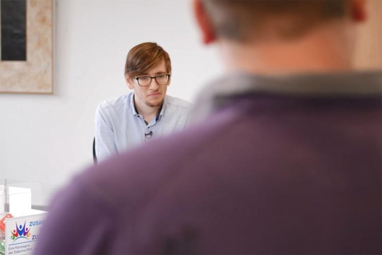 Zuhören: Philipp Fuchs während des Interviews mit Werkstattrat Paul Moll.