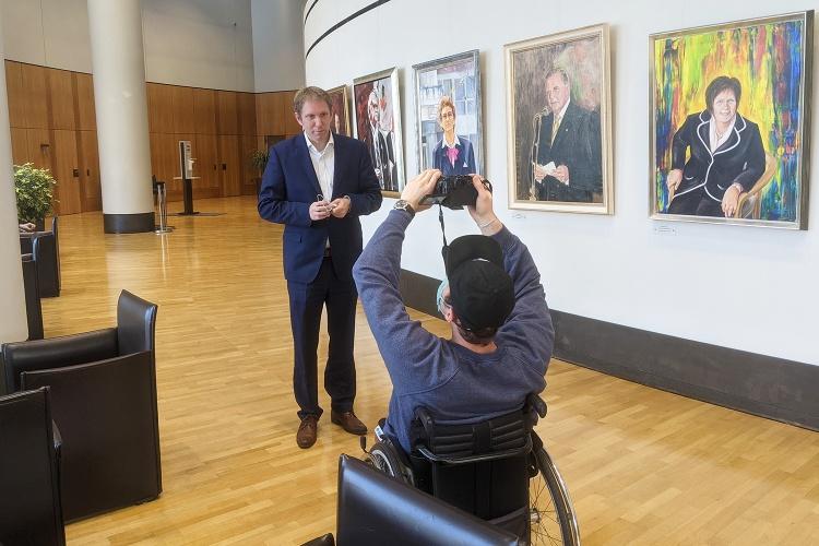Schärfe ziehen: Kameramann Simon Roehlen dreht Antextbilder mit dem Abgeordneten Jochen Klenner. (Foto: Herbst)