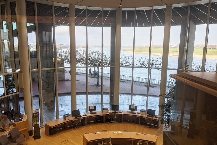 Blick auf den Rhein: Der NRW-Landtag in Düsseldorf. (Foto: Herbst)