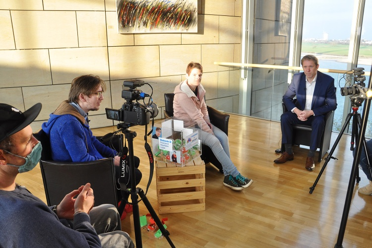 Drehen mit Abstand: Das Kampagnenteam während des Interviews mit Jochen Klenner. (Foto: Herbst)