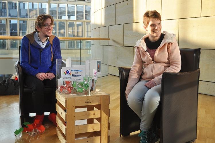 Interview mit Aussicht: Philipp Fuchs und Zora Kiesow während des Drehs im NRW-Landtag. (Foto: Herbst)