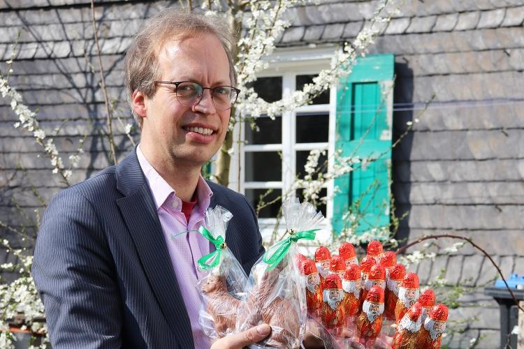 Diakonie RWL-Fundraiser Ulrich Christenn zeigt die alten Schokonikoläuse und die frischen Osterhasen