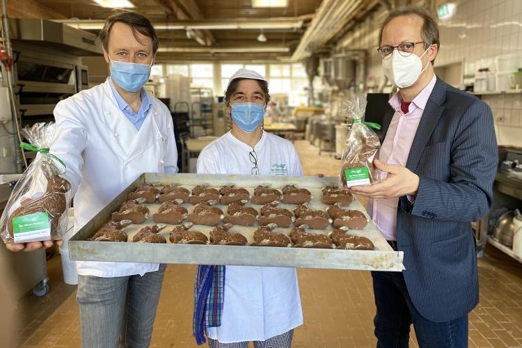 Die Mitarbeitenden der Bäckerei Schüren in Hilden zeigen Diakonie RWL-Fundraiser Ulrich Christenn die Schokohasen