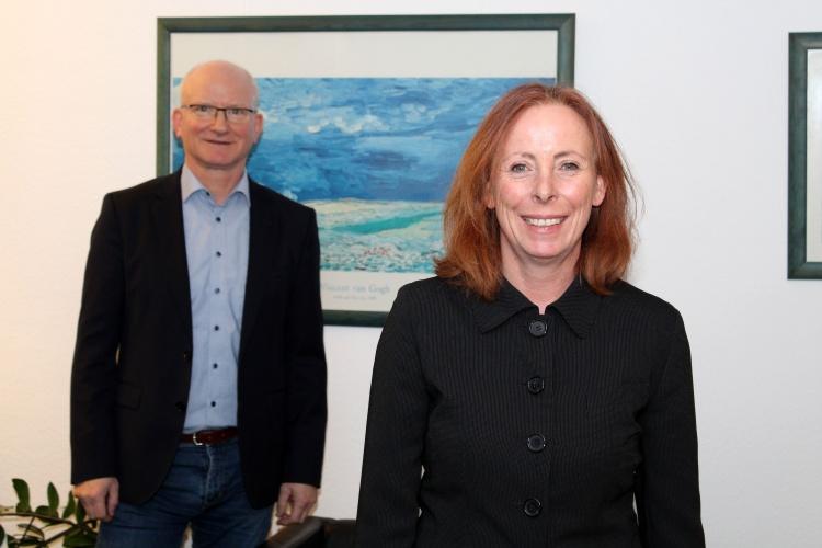 Die Geschäftsführer der Evangelischen Kindertagesstätten der Diakonie Wuppertal, Marion Grünhage und Thomas Bartsch in ihrem Büro (Diakonie Wuppertal)