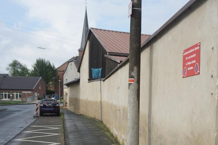 So hoch stand das Wasser: In Swisttal-Heimerzheim lässt sich an den Gebäuden deutlich ablesen, wie verheerend die Juli-Flut war. (Foto: Diakonie Katastrophenhilfe)